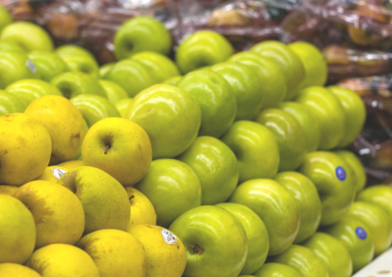 Apples and pears in a grocery store
